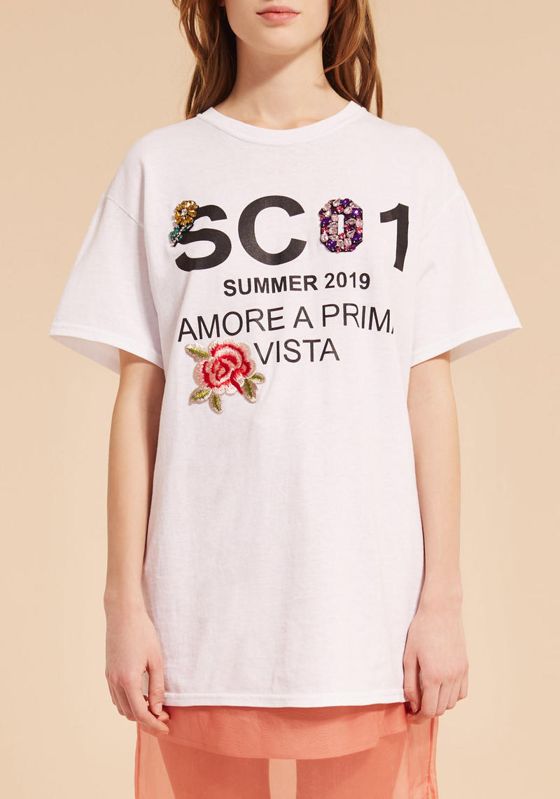 T-shirt con patch e stampa